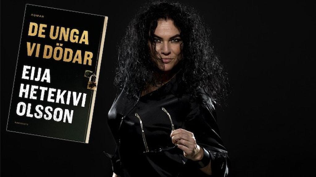 """Författaren Eija Hetekivi Olsson, klädd i mörk skinnjacka mot svart bakgrund. Infällt är omslaget till hennes roman """"De unga vi dödar""""."""