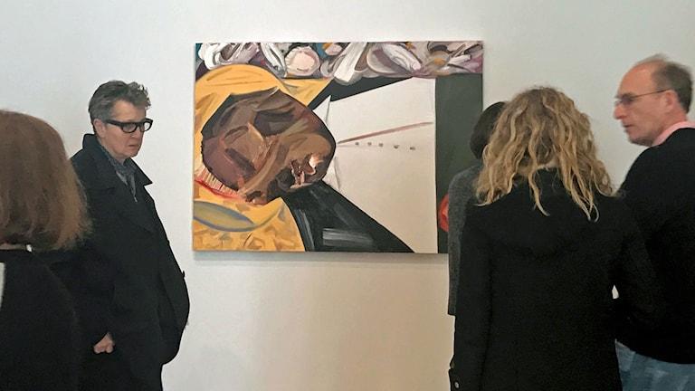 """Museibesökare inför """"Open Casket"""" (2016) av Dana Schutz."""