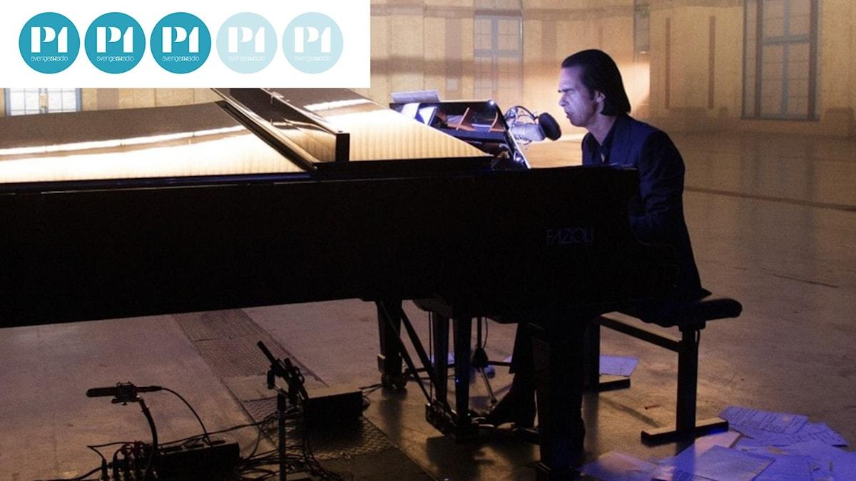 """Nick Cave spelar flygel i stort rum i """"Idiot Prayer""""."""