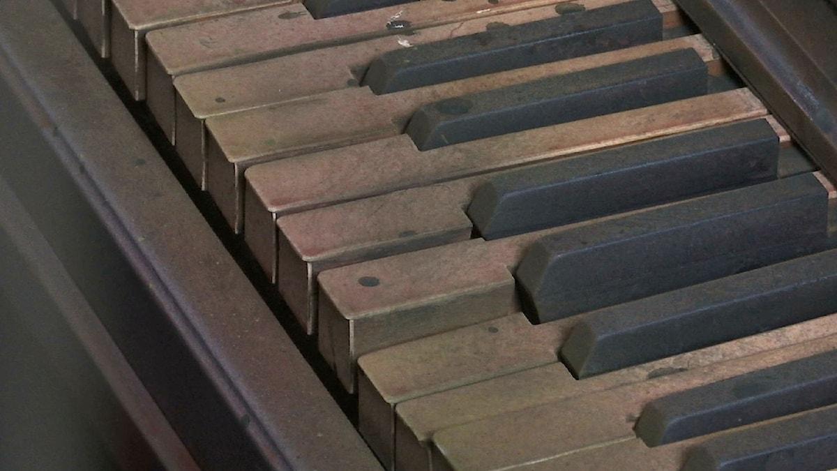 Piano med smutsiga och trasiga tangenter.