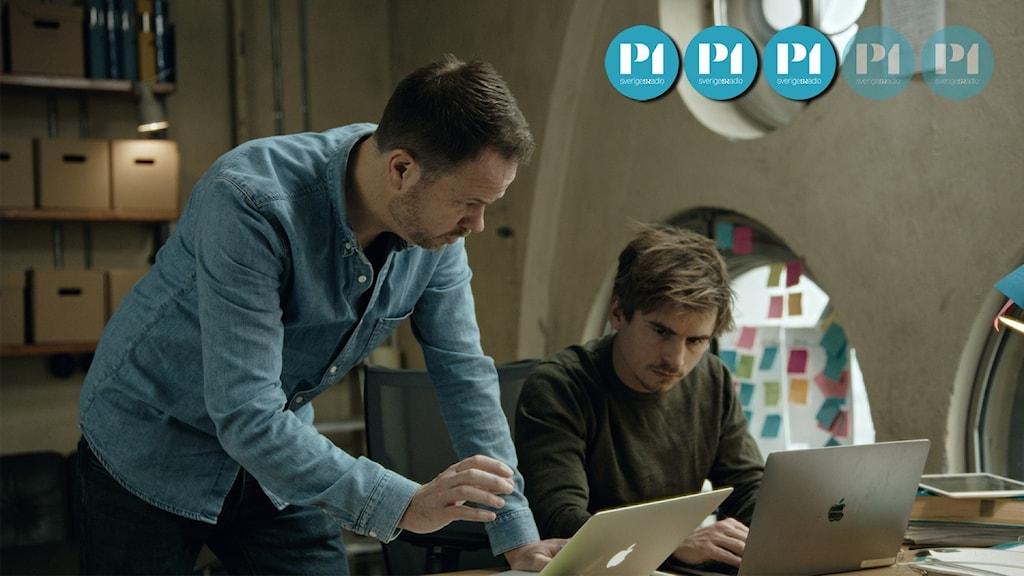 Journalisterna Anton Berg och Martin Johnson sitter framför varsin laptop.