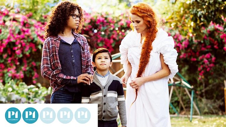 Storasyster Meg Murry (Storm Reid) och lillebror Wallace (Deric McCabe) möter Mrs. Whatsit (Reese Witherspoon).