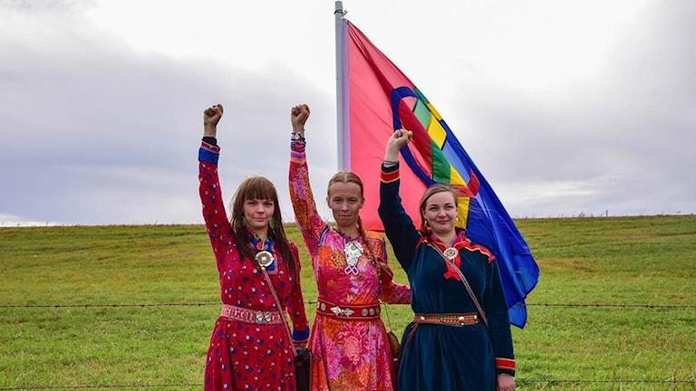 Sara Marielle Gaup-Beaska, Inger Biret Kvernmo Gaup och Sofia Jannok på plats vid protesterna i Standing Rock, ND.