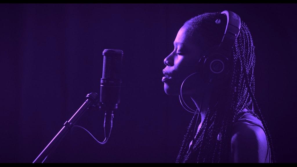 Bild av sångerska i sydafrikanska konstnären ydafrikanska konstnären Gabrielle Goliaths verk This song is for.. från 2019. Här tolkning av Bohemian rhapsody