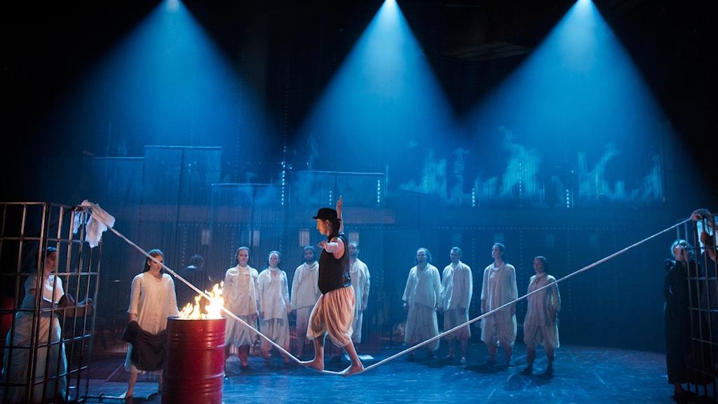 SATYAGRAHA: Alexander Weibel Weibel (Cirkusartist), Sara Lett (Cirkusartist), Folkoperans kör