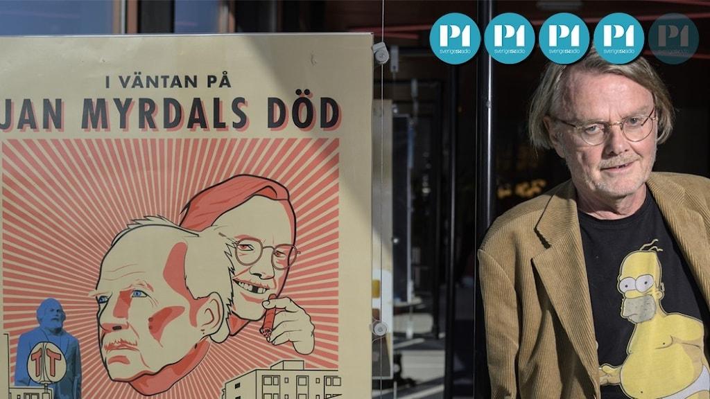 Lasse Diding står framför filmaffischen I väntan på Jan Myrdals död.