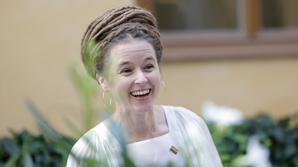 Kulturminister Amanda Lind (MP) ser glad ut, klädd i vitt.