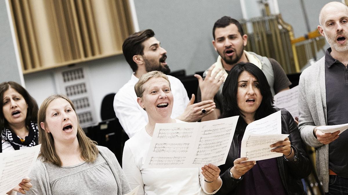 Internationella kören, ett samarbete mellan GöteborgsOperan och Röda Korset, samlar människor från 19 olika länder.