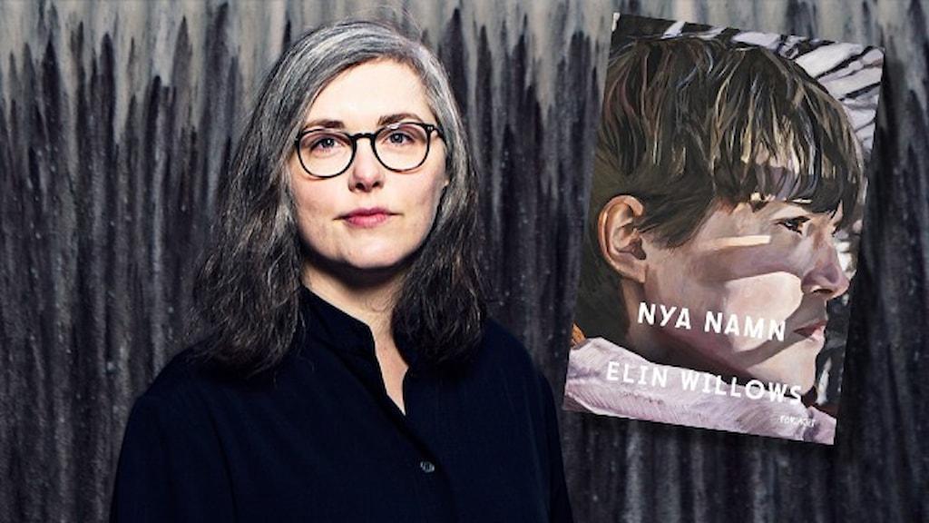 """Porträtt av författaren Elin Willows klädd i svart med halvlångt gråsprängt hår mot gråsvart, blyertsaktig bakgrund. Infällt är omslaget till hennes nya bok """"Nya namn""""."""