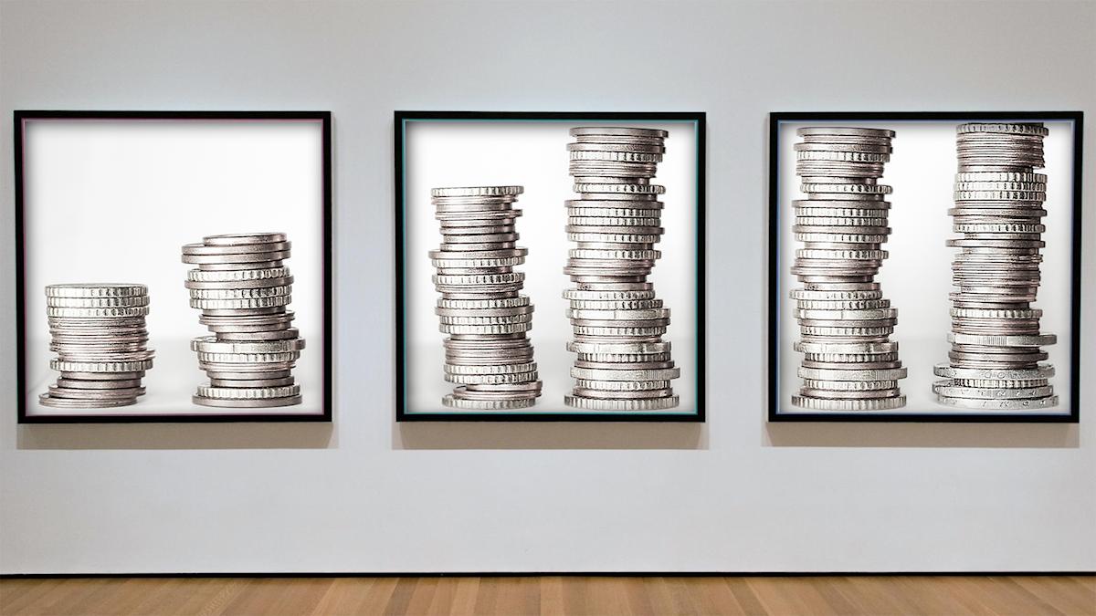 Staplar med mynt i olika tavlor.