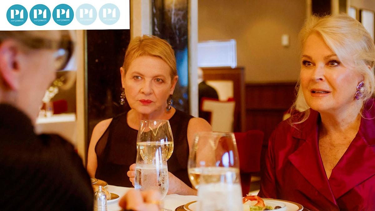 Tre väninnor sitter och pratar, två av dem har full uppmärksamhet på nr 3, en författare som spelas av Meryl Streep.