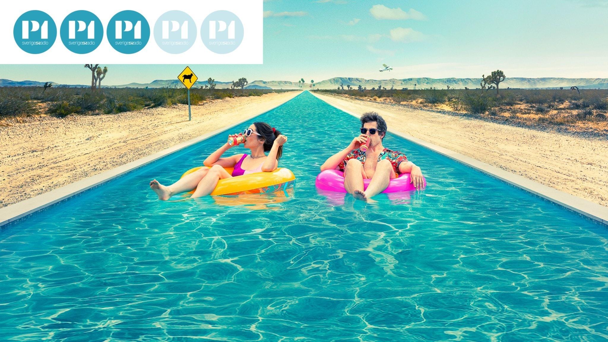 En kvinna och en man ligger i en solig pool, i badringar och dricker drinkar. Filmaffischen för filmen Palm Springs (2020)