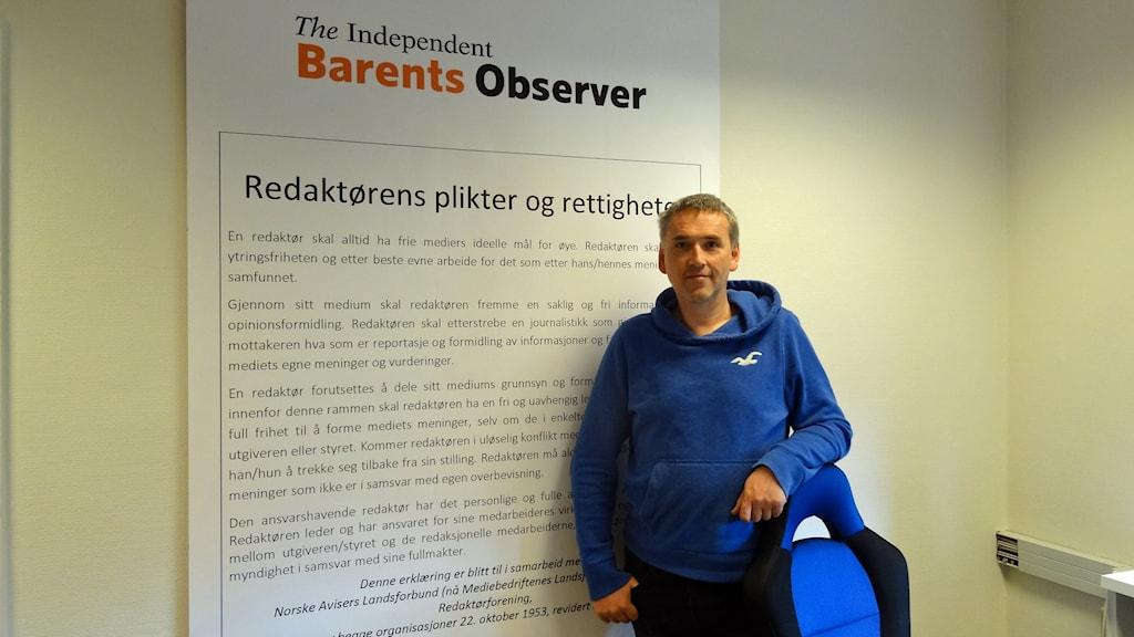 Thomas Nilsen framför Norges största Redaktörsplakat