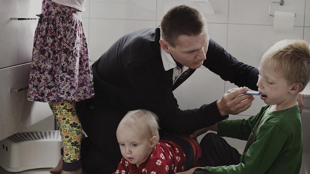 Fotografen Johan Bävmans fotoprojekt Swedish dads visar pappor som är föräldralediga sex månader eller mer.