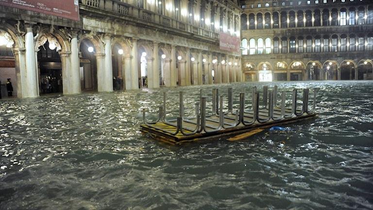 Markusplatsen översvämmad av vatten.