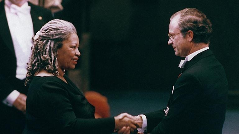 Toni Morrison motar Nobelpriset i litteratur 1993