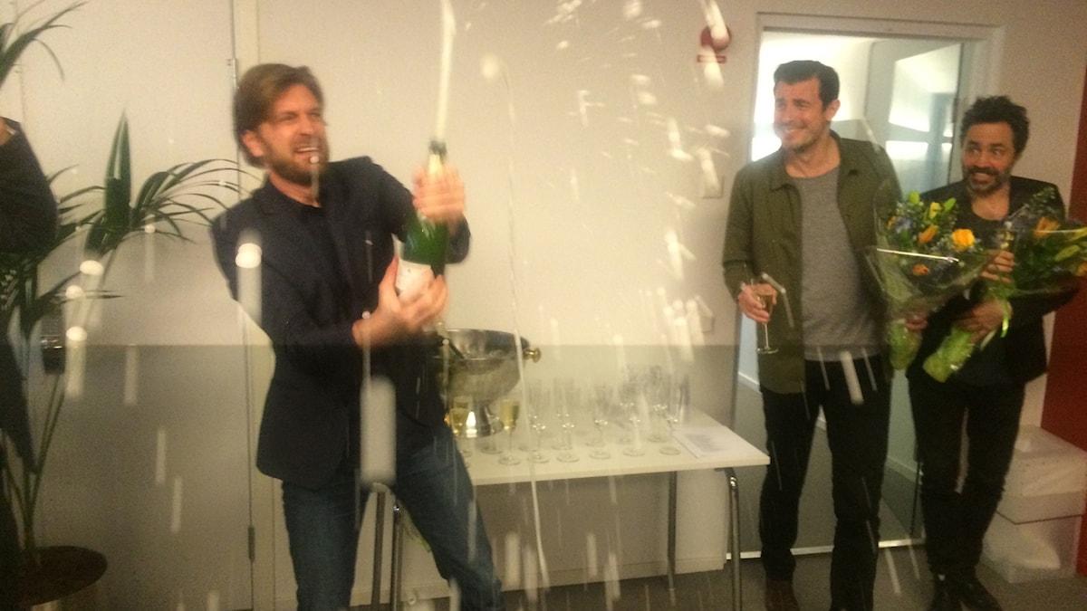 Ruben Östlund firar beskedet om att The Square får tävla om Guldpalmen i Cannes med champagne. Foto: Björn Jansson/Sveriges Radio.