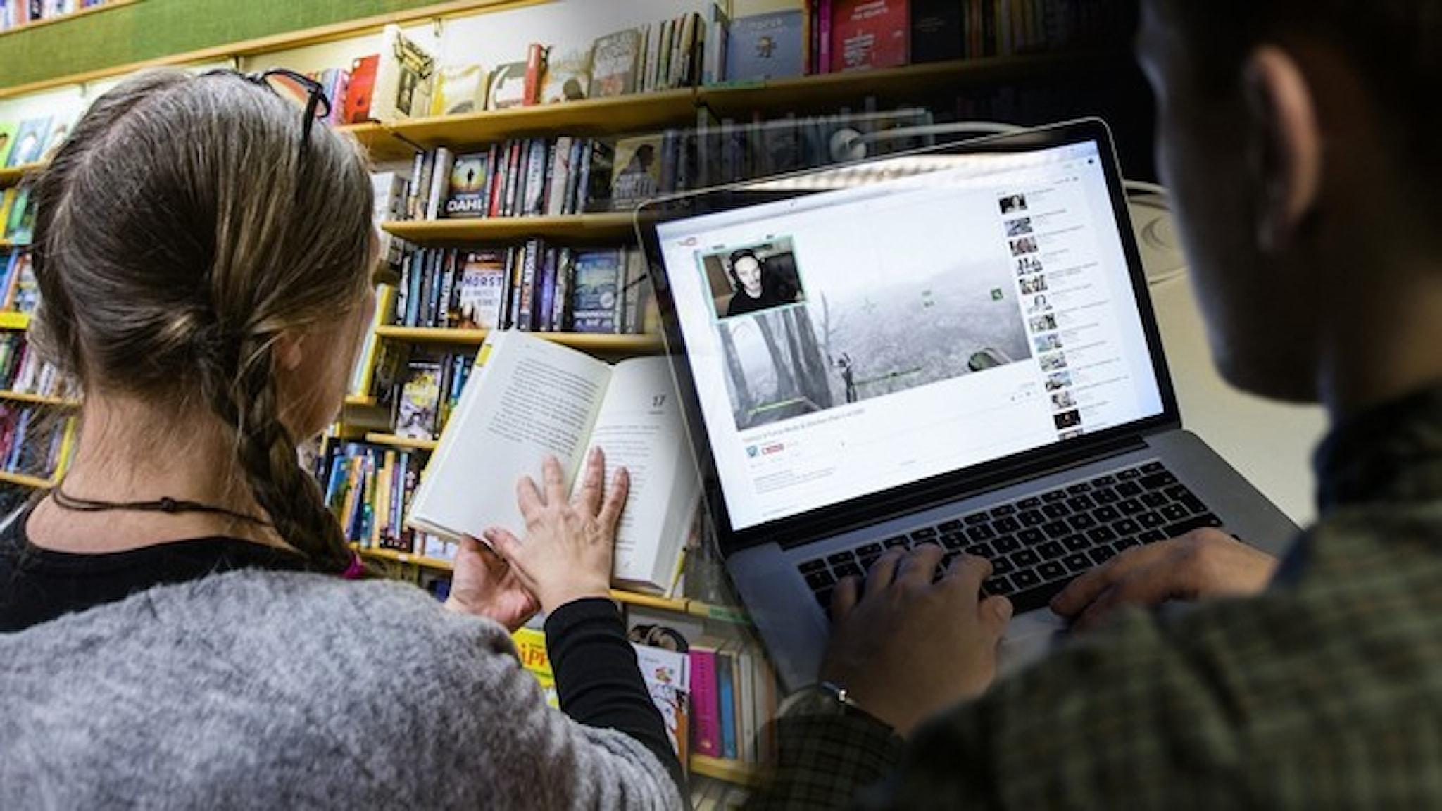 En kvinna läser en bok och en man tittar på Youtube på sin dator.