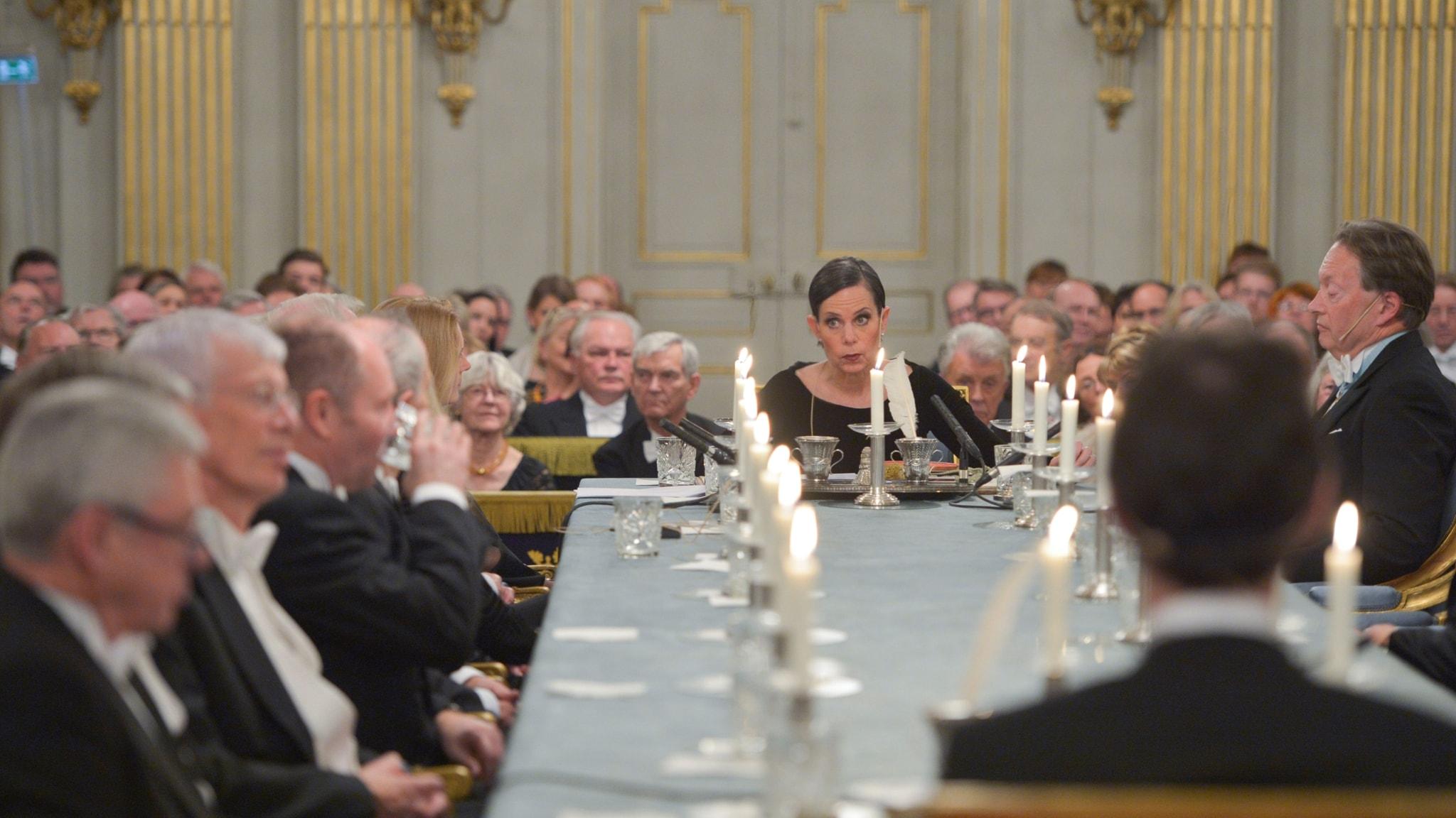 Den ständige sekreteraren Sara Danius längst ned vid bordet när Svenska Akademien höll sin traditionella årliga högtidssammankomst  2015.