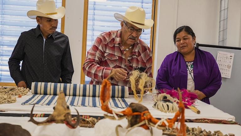 Yaqui-delegationen tittar på föremålen som finns på Världskulturmuseet i Göteborg. Foto: Beatrice Törnros/Världskulturmuseet