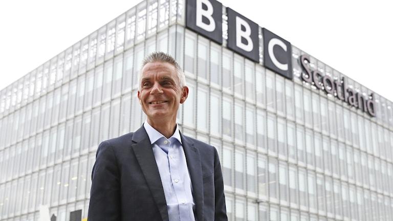 Nye BBC-chefen Tim Davie utanför mediebolagets redaktion i Glasgow.