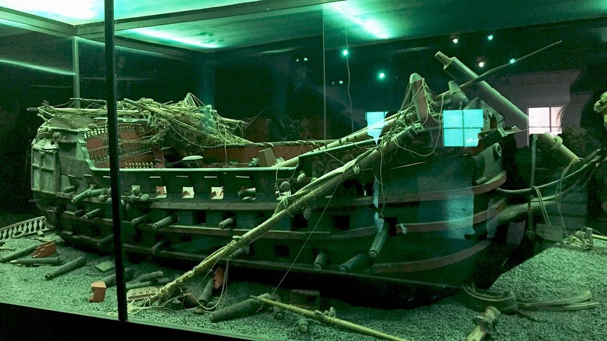 Modell av hur ett välbevarat 1600-talsskepp kan se ut. Foto: Berit Nygren/SR.