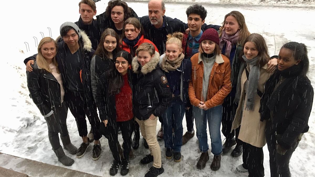 Filmens regissör Erik Poppe tillsammans med några av de unga skådespelarna i filmen som presenterades vid en presskoferens i Oslo i dag.