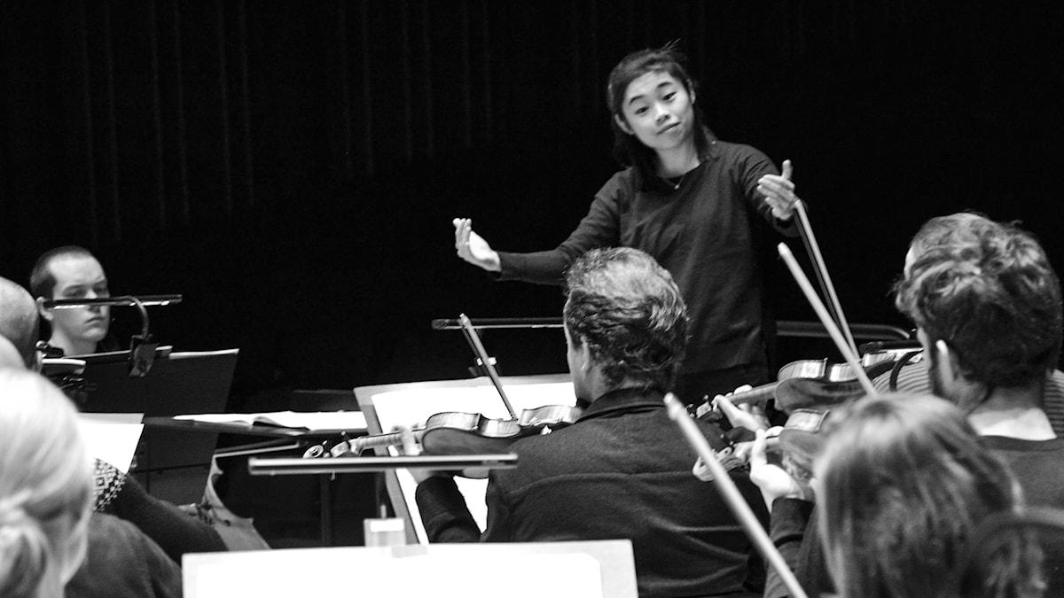 Dirigent Elim Chan. Foto: Tor Sörstam, Sveriges Radio.
