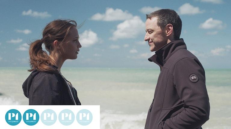 Danny Flinders (Alicia Vikander) och James More (James McAvoy) möts på stranden.