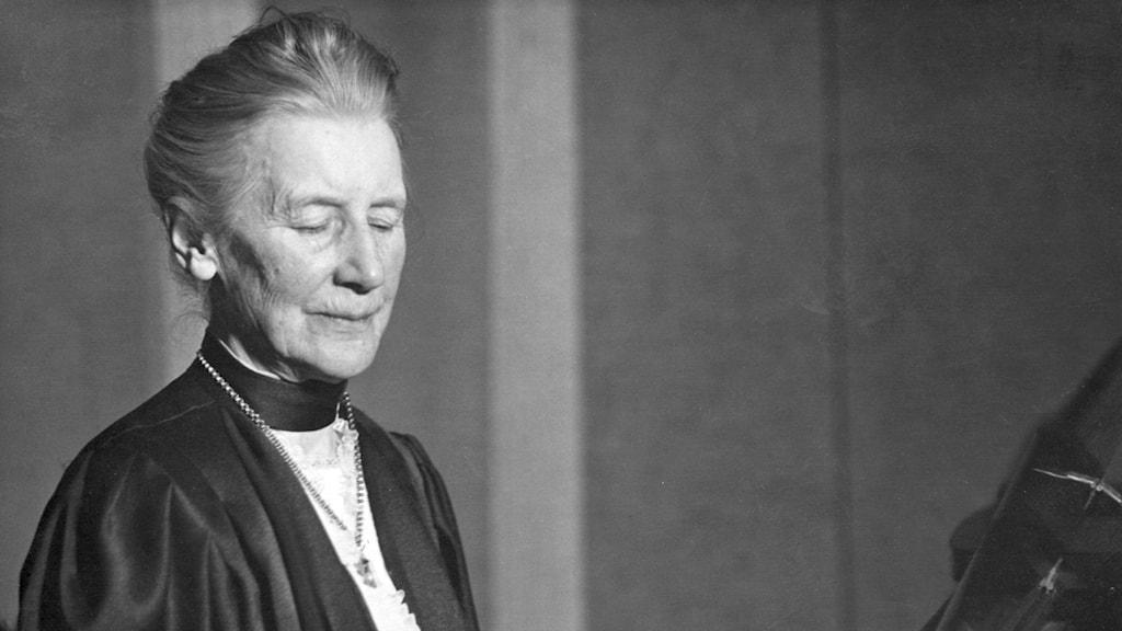 Svartvitt porträtt av en äldre Alice Tegnér, med hög halskrage.
