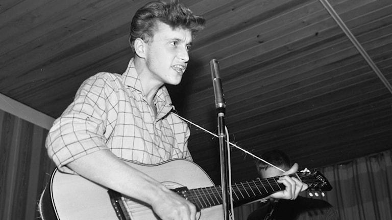 """Boris """"Rock-Boris"""" Lindqvist under en spelning på Skönsbergs Folkets Hus 1968."""
