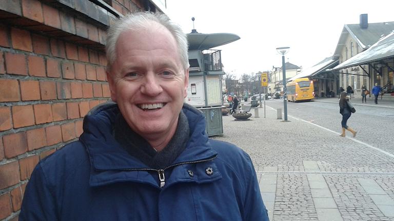 Mats Helmfrid (m) vid Clemenstorget i Lund – härifrån ska spårvagnen gå. Foto: Odd Clausen/Sveriges Radio