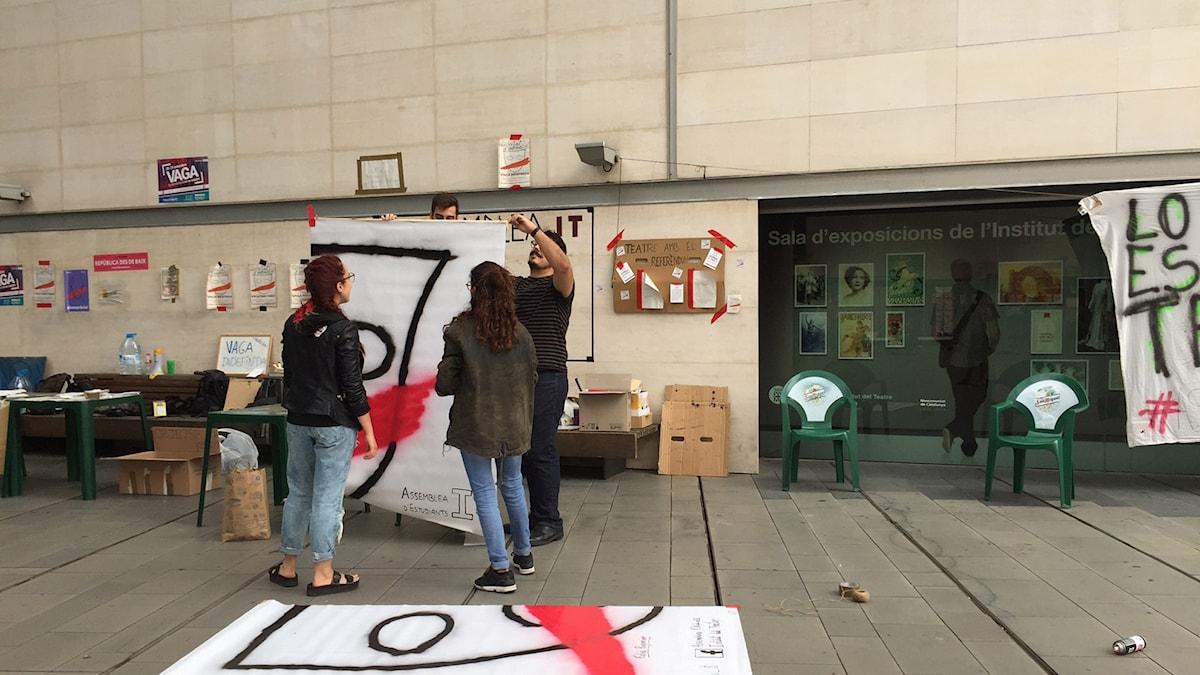Eleverna på teaterskolan i Barcelona strejkar i protest mot den spanska regeringens försök att stoppa helgens folkomröstning om självständighet.