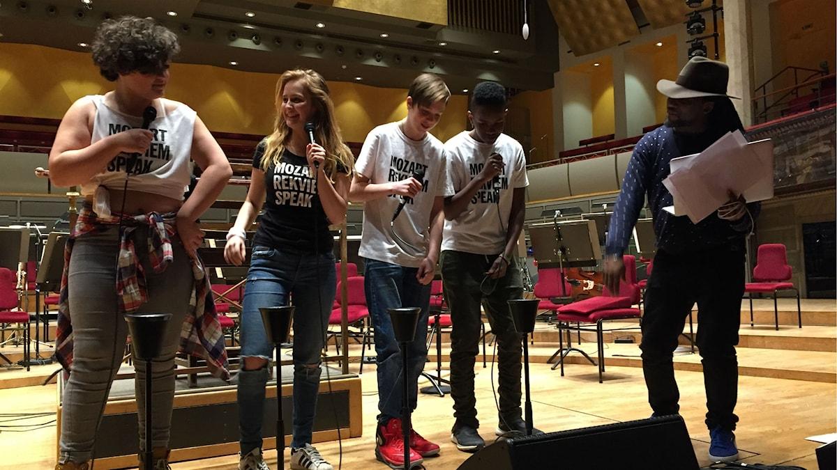 Mozart requiem speak. Fr v Janna LeGall Bengtsson, Bianca Ageno, Philip Ternell, David Nderi och hiphopartisten Aaron Phiri.