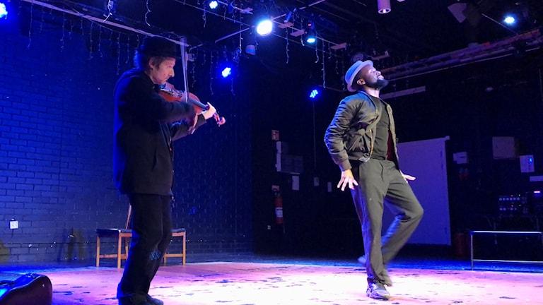 "Violinisten Semmy Stahlhammer och dansaren Maele Sabuni i ""Bach in the street"". Foto: Berit Nygren/Sveriges Radio."