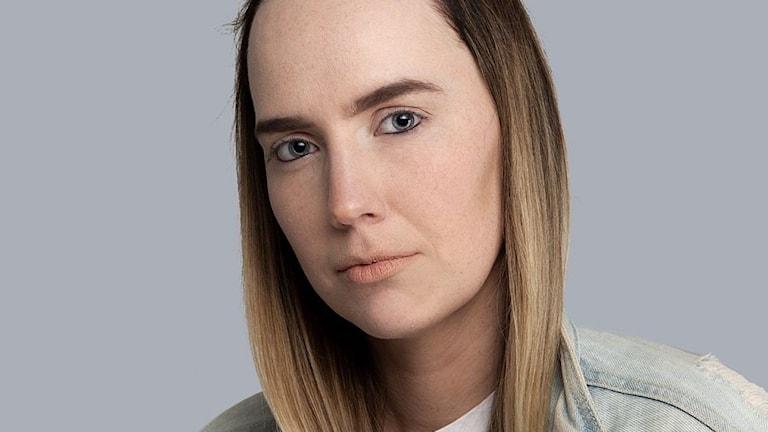 """Susanne Skogstad (född 1992) växte upp i Eid i Nordfjord, idag bor hon i Oslo där hon studerar på manusförfattarlinjen på Westerdals. """"Svartstilla"""" är hennes debut. Foto: Sturlason"""