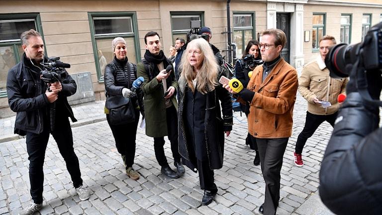 Akademiledamoten Kristina Lugn möts av pressen när hon kommer till Börshuset och Svenska akademiens ordinarie torsdagsmöte.