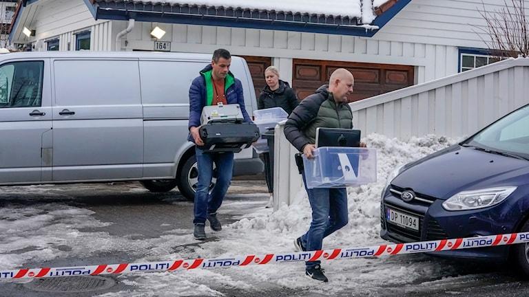 Polis bär ut lådor från Tor Mikkel Waras hus.