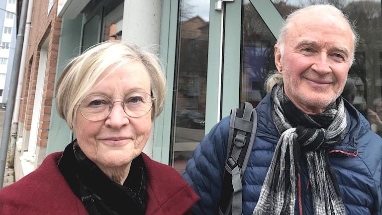 Monica Gustafsson och Jan Erlandsson håller i Geflejuryn. Här står de utanför ABFs lokaler i Gävle och ser glada ut.
