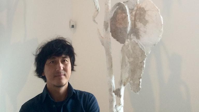 Takashi Kuribayashi har gjort en 4 meter hög solros med jord från Fukushima-området.