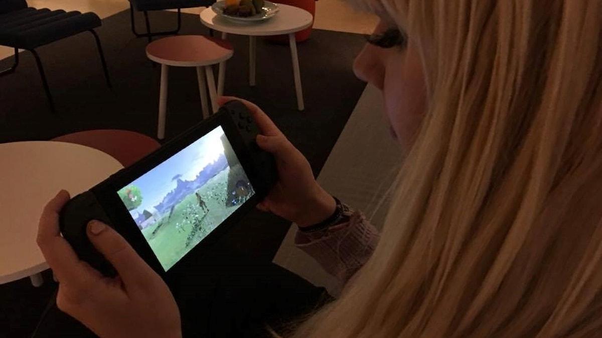 Switchen fungerar både som bärbar och stationär konsol, så spelaren kan ta med sig sitt spelande vart man än går.