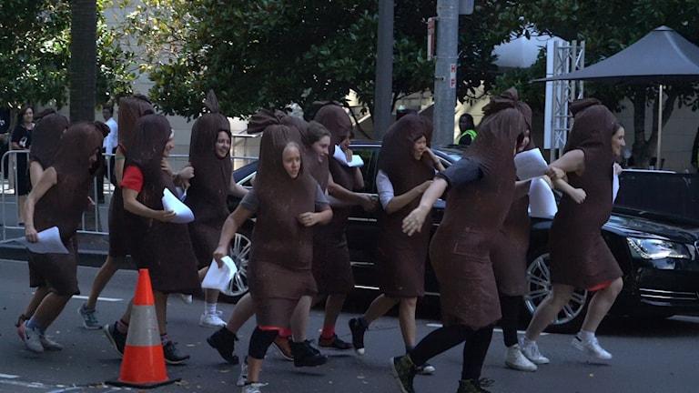 Kvinnor utklädda till korvar protesterar mot mansdominans