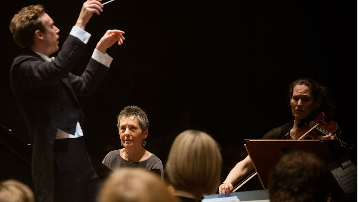 Malin Broman som konsertmästare när SRSO, Daniel Harding och pianisten Maria João Pires tolkar Chopin.