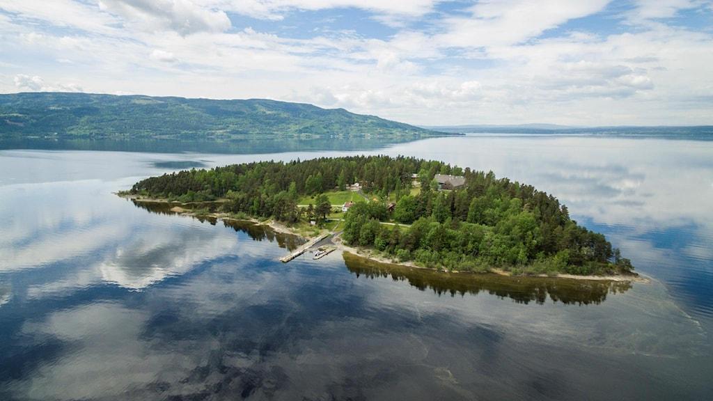 Ön Utöya mitt i bilden, runt om vatten.