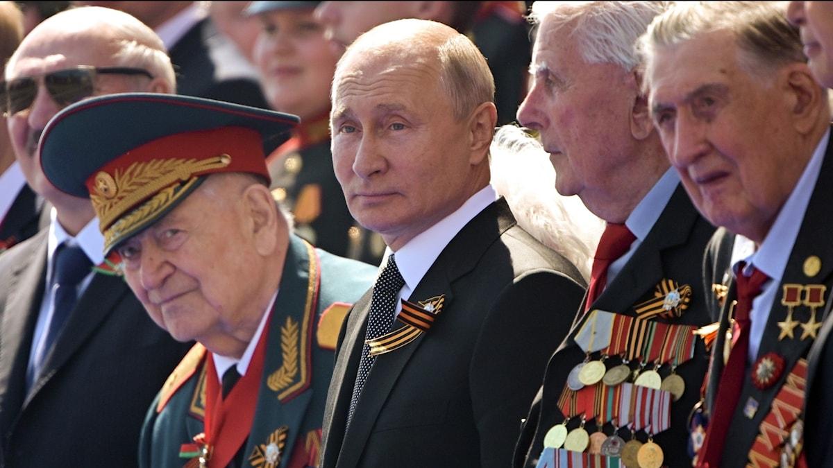 Vladimir Putin under militärparaden på Röda torget i Moskva.