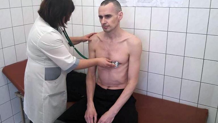 Den ryska federala fängelsemyndigheten har offentliggjort en bild på den ukrainske filmregissören Oleg Sentsov, som har hungerstrejkat sedan maj.