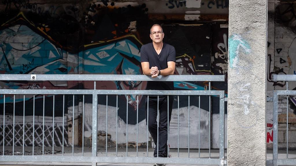 Yoram Roth framför Fotografiska i Berlin, Tyskland.