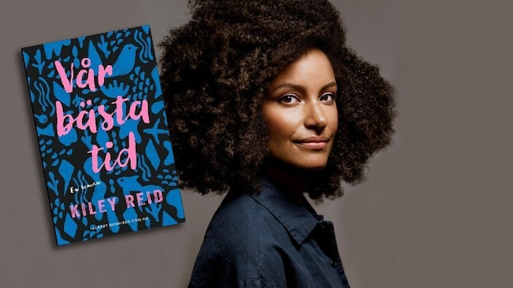 """Den amerikanska författaren Kiley Reid och infällt är omslaget till hennes roman """"Vår bästa tid""""."""