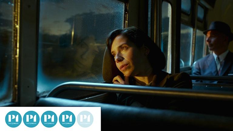 Eliza (Sally Hawkins) på väg till jobbet på labbet