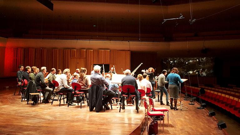 Emmanuelle Haïm repeterar med en ensemble ur radiosymfonikerna och solister. Foto: Berit Nygren/SR.